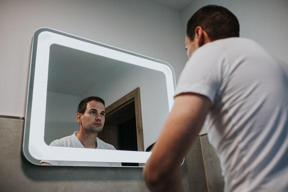 Bräutigam vor dem Spiegel