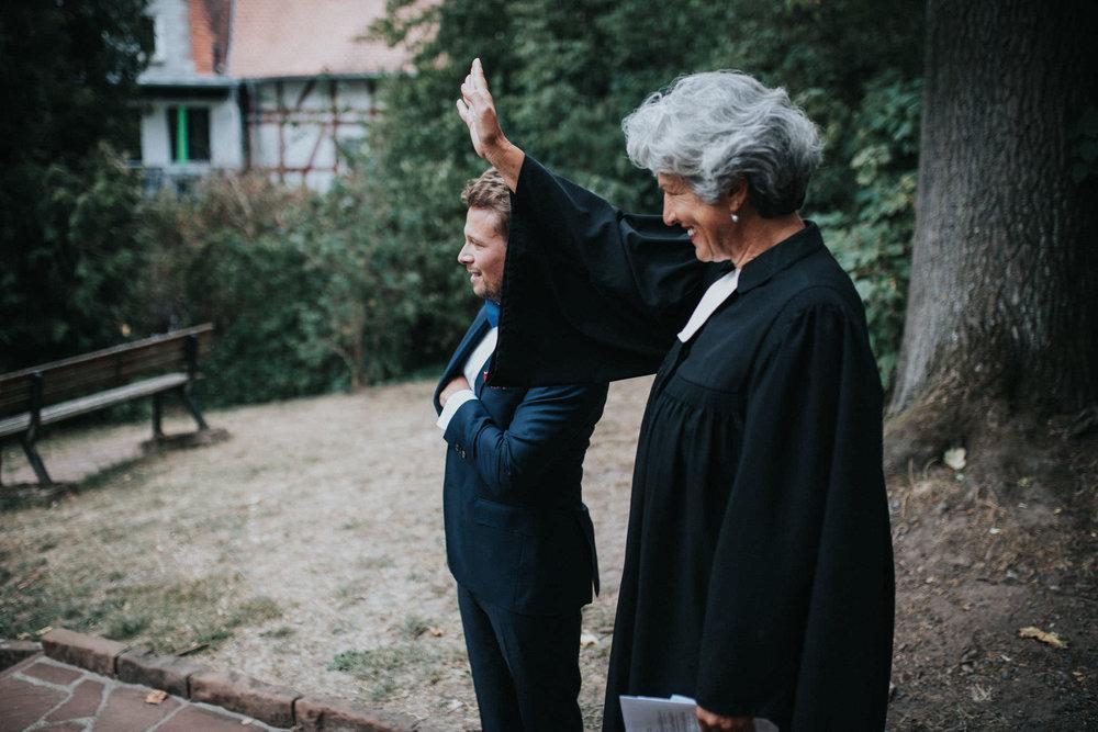 Bräutigam und Traurednerin