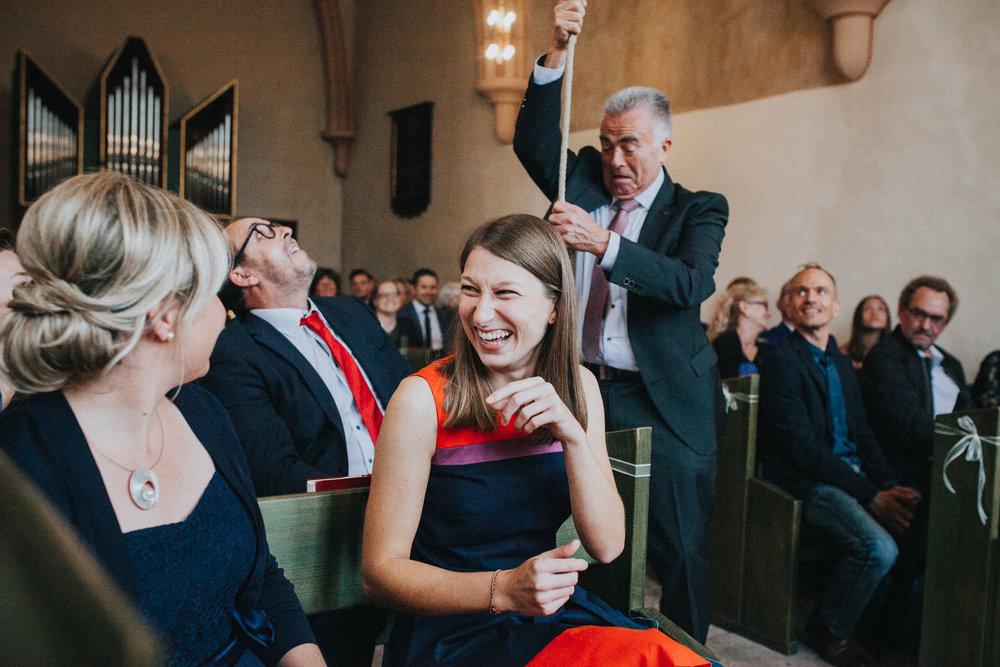 Mann läutet Glocke vom Michelchen Marburg