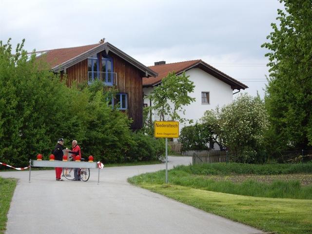 Fußweg zur Ortsmitte Niederalteich
