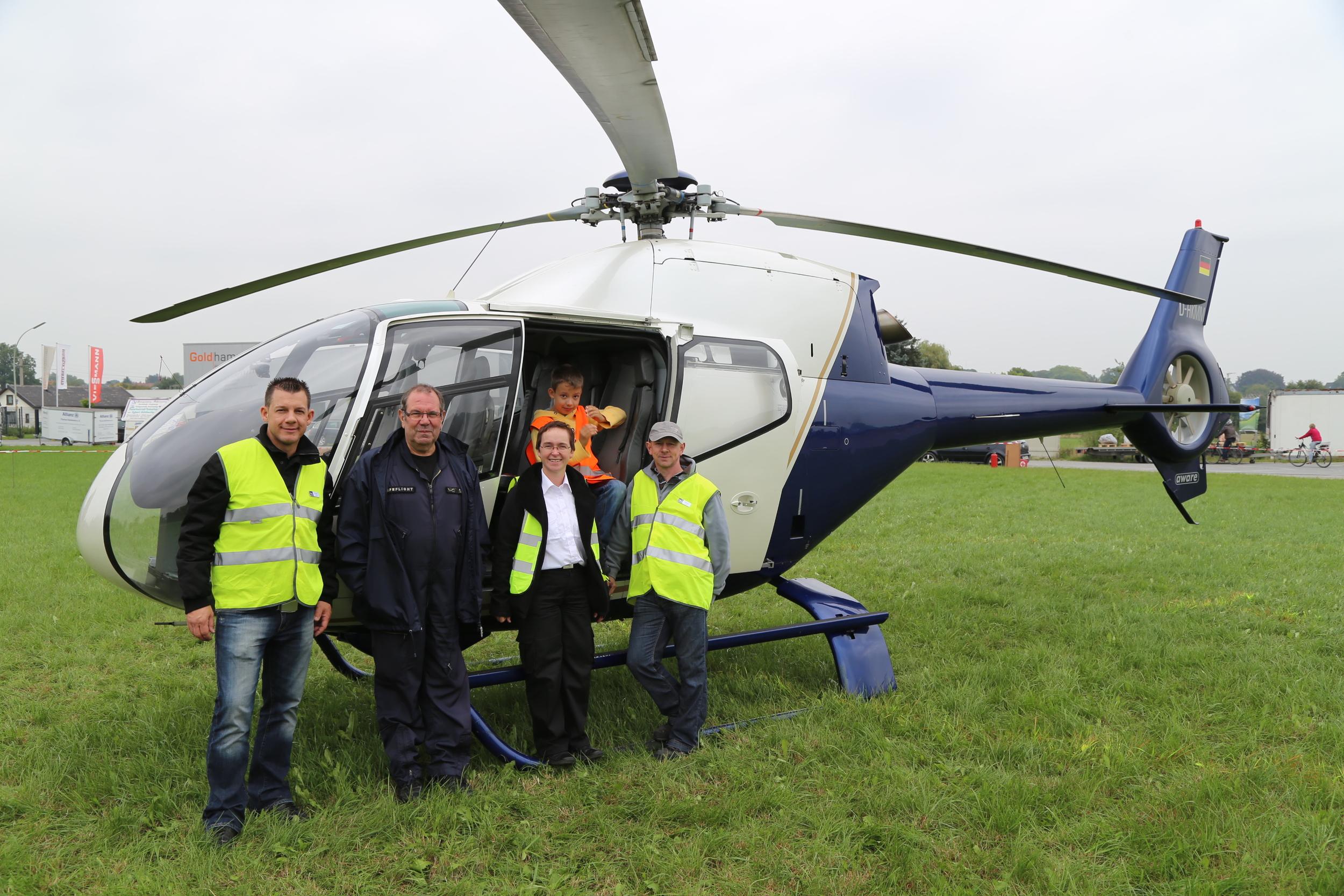 Piloten und einige Helfer von Sierra Delta Helicopter