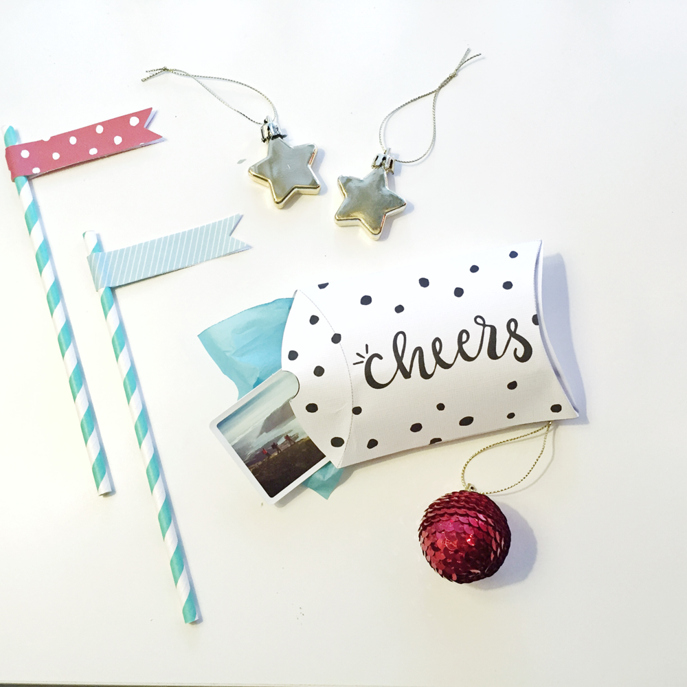 Give your tiny gifts some love with these free printable pillow boxes. Great for jewelry, trinkets, or candy! Download and print at @heylovedesigns.