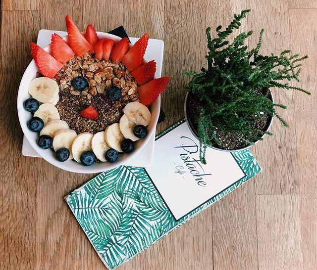 We love a happy açaí bowl🌻 #pistachecafe  #acaibowl #thehague #happymonday #breakfastallday