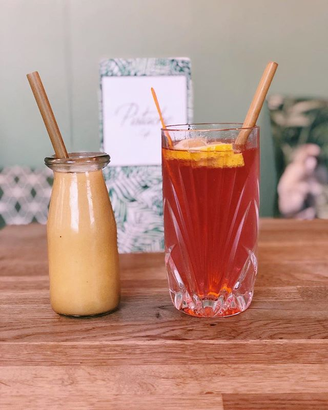 We serve our drinks with bamboo straws💫 #dontbiteonourbamboostrawsitsbadforyourjaws #pistachecafe #thehague #smoothie #lunchroom #loveit