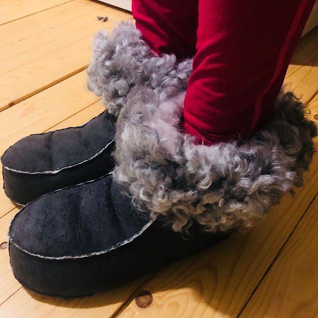 Någon som fryser om fötterna och behöver något värmande?👣 Under den senaste veckan har jag sytt ett antal tofflor som varit beställda och då passade jag på att sy ett par extra i st 38-39, så dessa på bilden är nu till salu!  Handsydda tofflor st 38-39, 950 kr + ev frakt 70 kr. Öppet köp 14 dagar.  Först till kvarn! 😊  linköping #östergötland #lamm #lammskinn #lammprodukterer #lokalproducerat #bjärkasäby #hantverk #får #fårskinn #vallhundar