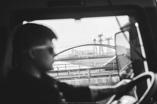 Sylwia fährt von Lodz nach Manchester. Mit dem LKW wochenlang quer durch Europa, einer Ladung Chips an Bord und dem Schlafzimmer direkt hinter dem Sitz. Für YLE haben wir Fernfahrer ein Stück begleitet. Autorin:  @annsaras . Photo: @stefanie_loos . . Story for YLE: www.yle.fi/uutiset/3-10247914 . . . . . #trucker #europe #truckdrivers #ontheroad #drivingthrougheurope #ylenews #ylemaailmalla #yle #truckpassion #trucking #truckdriver #Fernfahrer #nikon #nikondeutschland #nikoneurope #photojournalism #burnmyeye #apfmagazine #ifyouleave #cobblescope #myfeatureshoot #lensculture #reportage #documentary #stefanieloosfotografie #fotokombinat #stefanieloos
