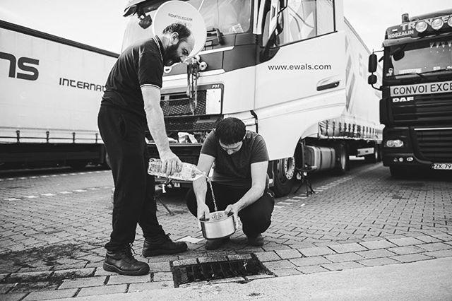 Ionel und sein Sohn Daniel fahren von Timisoara in Rumänien nach Göteborg. Nachdem sie mehrmals ausgeraubt wurden, bleiben sie in den Pausen lieber in der Nähe des LKW, kochen oder schauen Satellitenfernsehen. Für YLE haben wir Fernfahrer ein Stück begleitet. . Photo: @stefanie_loos . . Story for YLE: www.yle.fi/uutiset/3-10247914 . . . . . #trucker #europe #truckdrivers #ontheroad #drivingthrougheurope #ylenews #ylemaailmalla #yle #truckpassion #trucking #truckdriver #Fernfahrer #nikon #nikondeutschland #nikoneurope #photojournalism #burnmyeye #apfmagazine #ifyouleave #cobblescope #myfeatureshoot #lensculture #reportage #documentary #stefanieloosfotografie #fotokombinat #stefanieloos