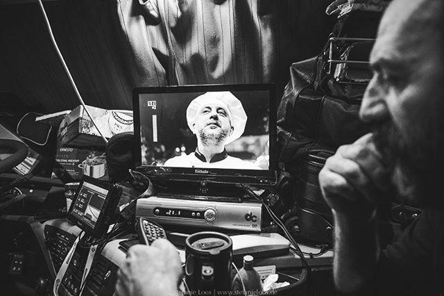 Ionel und sein Sohn Daniel fahren von Timisoara in Rumänien nach Göteborg. Nachdem sie mehrmals ausgeraubt wurden, bleiben sie lieber in der Nähe des Autos, kochen oder schauen Satellitenfernsehen. Für YLE haben wir Fernfahrer ein Stück begleitet. . Photo: @stefanie_loos . . Story for YLE: www.yle.fi/uutiset/3-10247914 Text: Anna Saraste . . . . . #trucker #europe #truckdrivers #ontheroad #drivingthrougheurope #ylenews #yle #truckpassion #trucking #truckdriver #Fernfahrer #nikon #nikondeutschland #nikoneurope #photojournalism #burnmyeye #apfmagazine #ifyouleave #cobblescope #myfeatureshoot #lensculture #reportage #documentary #stefanieloosfotografie #fotokombinat #stefanieloos