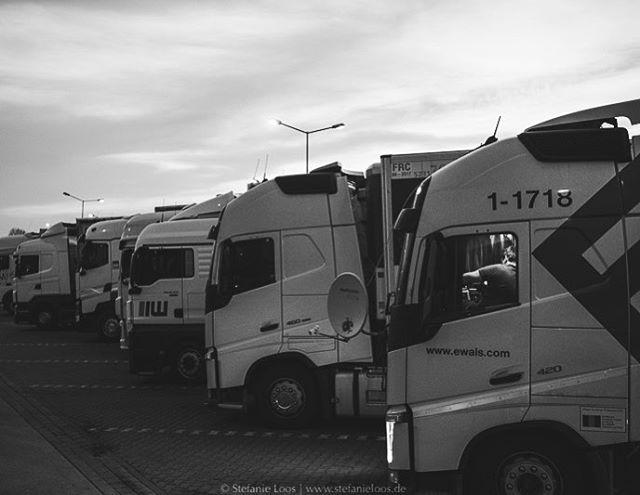 Ionel und sein Sohn Daniel fahren von Timisoara/ Rumänien nach Göteborg/ Schweden. Nachdem sie mehrmals ausgeraubt wurden, bleiben sie während der Pausen lieber in der Nähe des LKW, kochen oder sehen sich Dokumentationen im Satellitenfernsehen an. Für den finnischen Rundfunk YLE haben wir Fernfahrer ein Stück begleitet. . Photo: @stefanie_loos . . Story for YLE: www.yle.fi/uutiset/3-10247914 Text by Anna Saraste . . . . . #trucker #europe #truckdrivers #ontheroad #drivingthrougheurope #ylenews #yle #truckpassion #trucking #truckdriver #Fernfahrer #nikon #nikondeutschland #nikoneurope #photojournalism #burnmyeye #apfmagazine #ifyouleave #cobblescope #myfeatureshoot #lensculture #reportage #documentary #stefanieloosfotografie #fotokombinat #stefanieloos