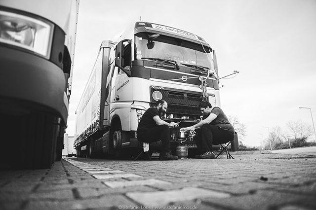 Ionel und sein Sohn Daniel kochen vor dem LKW. Sie sind unterwegs von Timisoara/ Rumänien nach Göteborg/ Schweden. Nachdem sie mehrmals ausgeraubt wurden, bleiben sie während der Pausen lieber in der Nähe des Wagens, kochen oder sehen sich Dokumentationen im Satellitenfernsehen an. Für den finnischen Rundfunk YLE haben wir Fernfahrer ein Stück begleitet. . Photo: @stefanie_loos . . Story for YLE: www.yle.fi/uutiset/3-10247914 Text by Anna Saraste . . . . . #trucker #europe #truckdrivers #ontheroad #drivingthrougheurope #ylenews #yle #truckpassion #trucking #truckdriver #Fernfahrer #nikon #nikondeutschland #nikoneurope #photojournalism #burnmyeye #apfmagazine #ifyouleave #cobblescope #myfeatureshoot #lensculture #reportage #documentary #stefanieloosfotografie #fotokombinat #stefanieloos