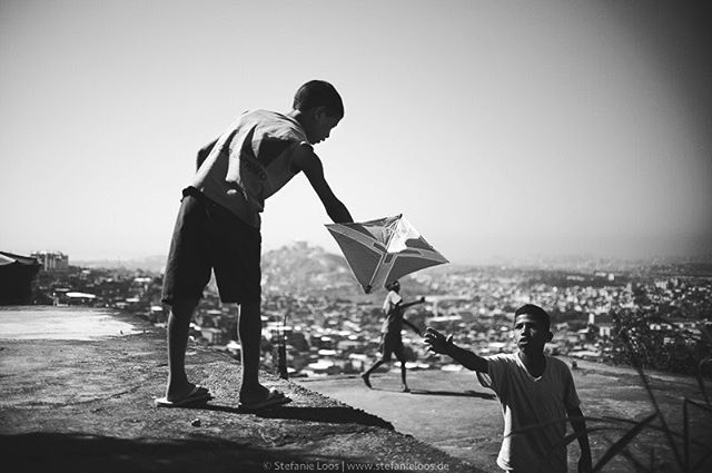 Drachenkämpfer auf den Dächern im Complexo do Alemão in Rio de Janeiro . . . .  Foto: @stefanie_loos #photojournalism #fotokombinat #stefanieloos #stefanieloosfotografie  #brasil #elenao #brasilien #elections #everydaybrasil #everydayeverywhere #eleições2018 #riodejaneiro #brazil #pipas #pipasrio #favela #complexoalemao #complexodoalemao