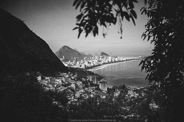 Favela Vidigal, view from Morro Dois Irmaos . . . . .  Foto: @stefanie_loos . . .  #photojournalism #fotokombinat #stefanieloos #stefanieloosfotografie  #brasil #elenao #brasilien #elections #everydaybrasil #everydayeverywhere #eleições2018 #riodejaneiro #brazil #savebraziliandemocracy #womenphotograph #nikon #nikondeutschland