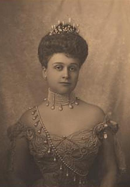 Mrs. John Drexel, wearing her pearls as a Sam Browne belt.