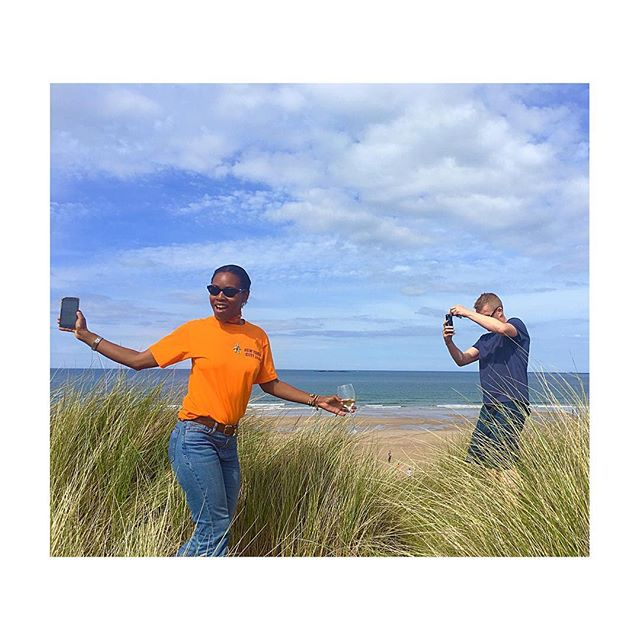 Life's a beach 🥂🏖🤳🏾#onthecoastwithkitty . . . #holiday #bamburgh #beach #coast #countryside #england#sea #sun #love #friends #happiness #champagne
