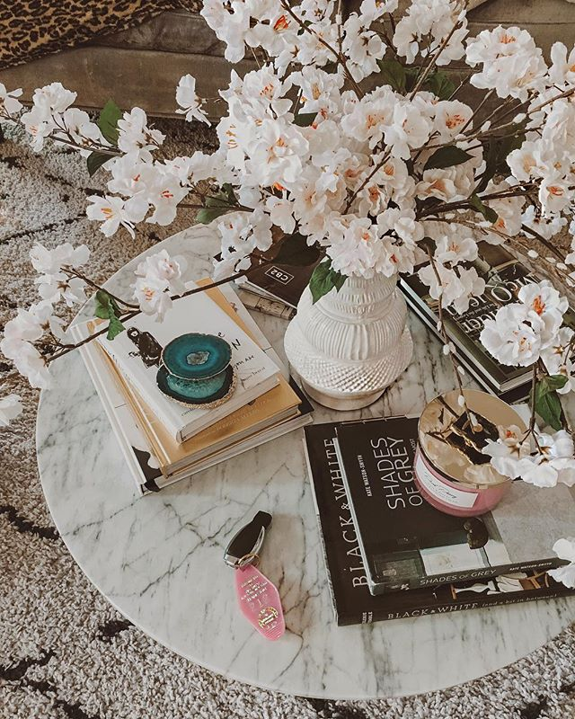 Obsessed with morning light & now flowers that never die. New fan of faux over here🙋🏻‍♀️ And how cute it this vintage inspired Breakfast at Tiffany's hotel keychain by @ellandemm 💕 #itsthelittlethings #karinayvettestylehome