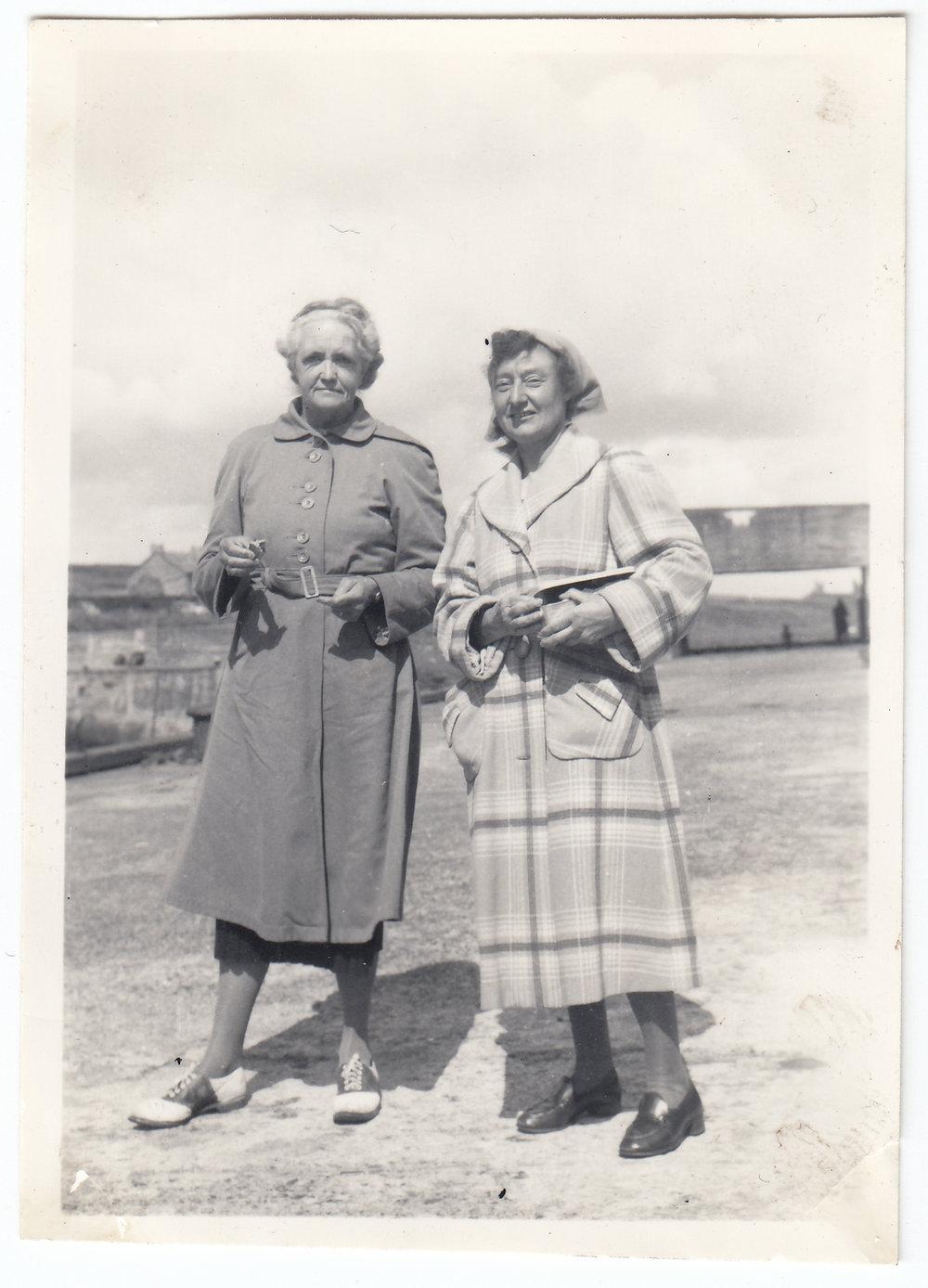 MED - Gwen & Hilda, Northumberland, August 1953