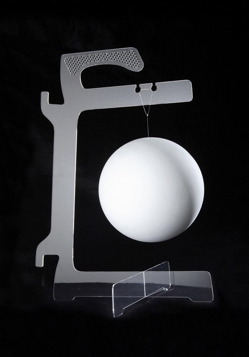 Lamp Base  Apostolos Porsanidis Una base alla quale si può appendere una lampada o un paralume e intorno al quale si può disporre il cavo.
