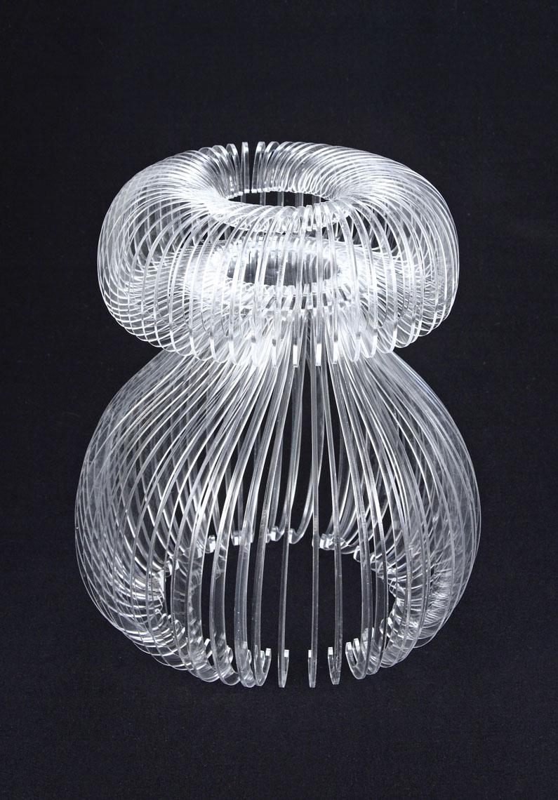 Medusa  Atelier Doodle Lampada ad incastro. Un elemento singolo viene fatto ruotare attorno al suo asse per creare la forma fluttuante di una medusa.