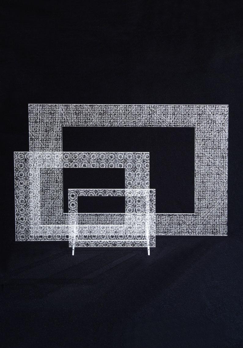 Framed Up  Gian Maria Sforza & AAPA Cornici di diverse proporzioni e dimensioni, una dentro l'altra, il cui decoro è risultato della sovrapposizione di più sistemi di riempimento, scelti opportunamente perché a loro modo fra loro incoerenti. Il laser fa più passaggi sulla stessa superficie, incidendo il materiale con varie intensità, a varie profondità. Infine una superficie decorata complessa, a mano impossibile da riprodurre.