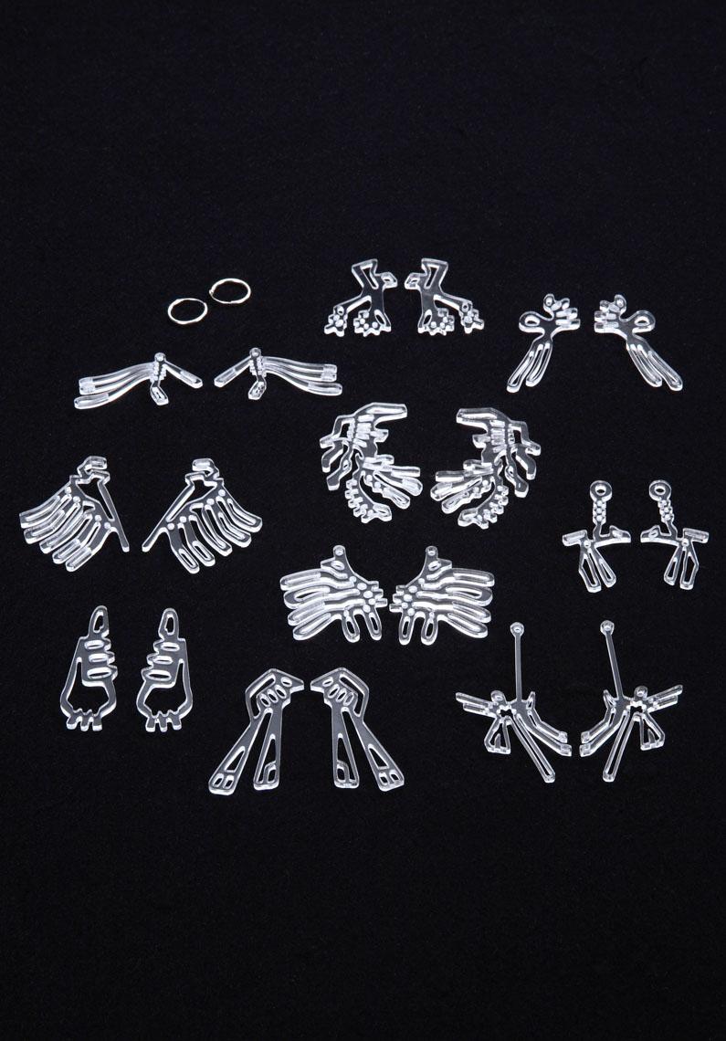 Lina K  Pierre Foulonneau Orecchini. Un serie di lastre decorative per decorare dei semplici orecchini a cerchio.