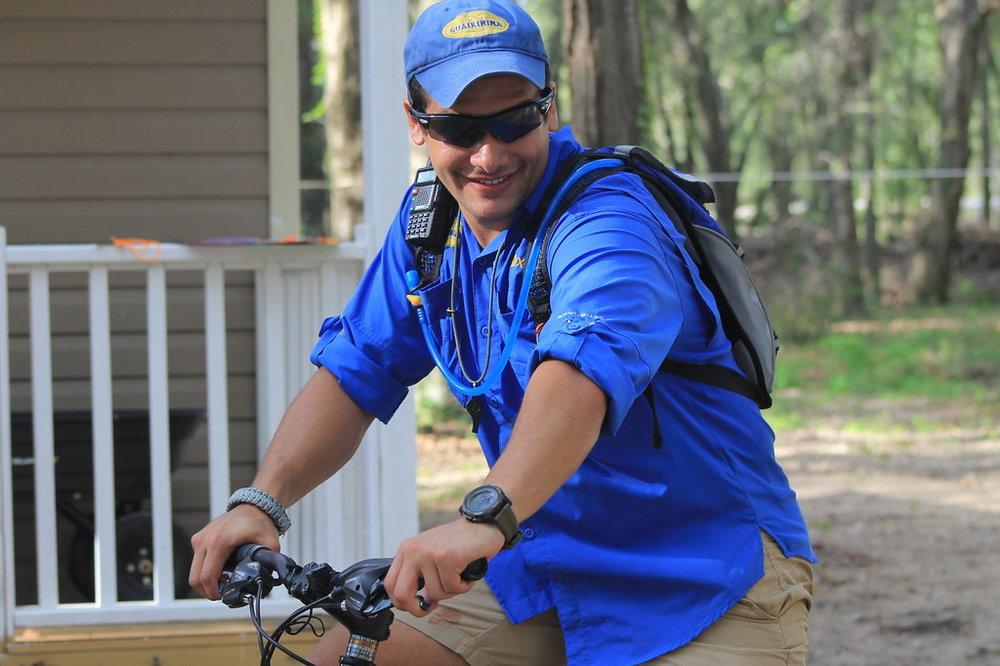 Maximiliano Cedeño Hahn – Coordinador de Programación Estudia biología en Nova Southeastern University. Su sueño es ser pediatra para poder curar a los niños. Le fascina viajar, conocer nuevas culturas y probar nuevas comidas. Es amante de los deportes, la cocina y le encanta la naturaleza. Empezó en Guaikinima en el 2014. En el 2015 fue guía de cuerdas y desde el 2016 es el coordinador de programación. Disfruta al máximo la magia del campamento y la felicidad de los campistas.