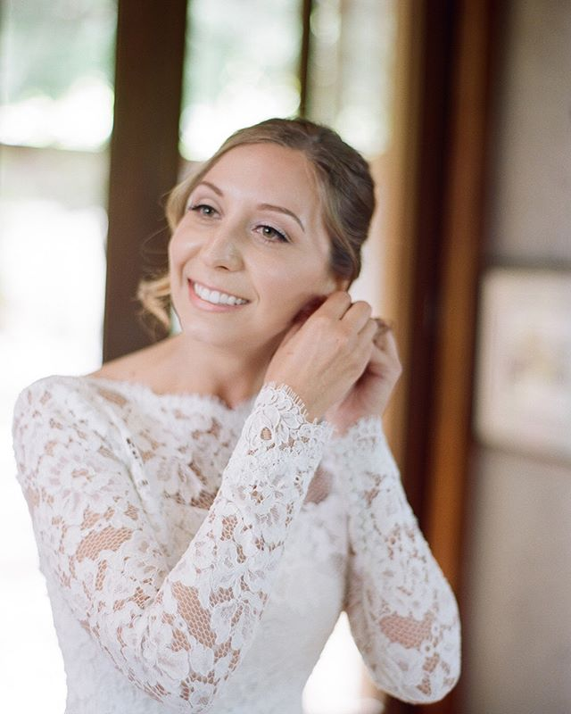 Today on our blog we talk about one extremely important thing you need to include in your wedding budget. Link is in our bio.  Beauty by Stylists Christa and Mary Coordination: @asavvyevent  Photographer: @sylviegil  Florals: @loopflowers  Gown: @oscardelarenta  Venue: Private Napa estate