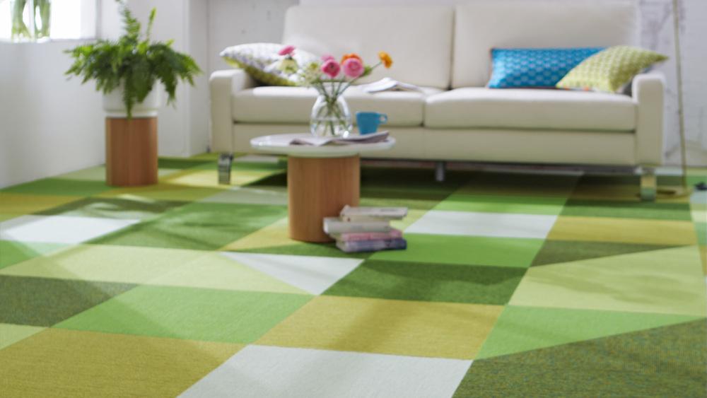 Dank der Verlegung ohne Klebstoff sind die Teppichfliesen extrem flexibel. Durch Austauschen einzelner Fliesen lassen sich Räume schnell verwandeln.