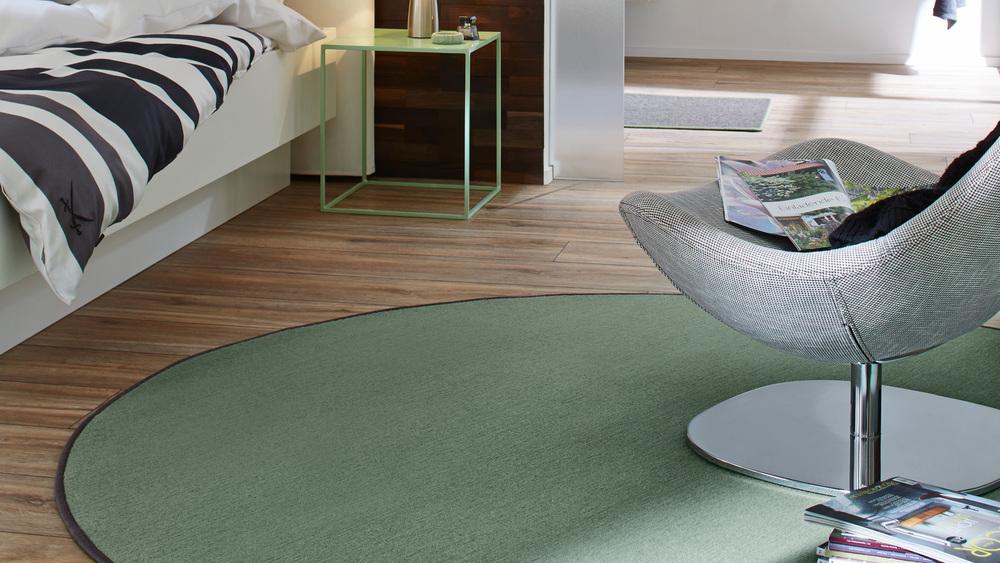 Runde Teppiche setzen farbige Akzente, sind bequem und fußwarm - wahlweise mit farblich passender oder andersfarbiger Umkettelung.