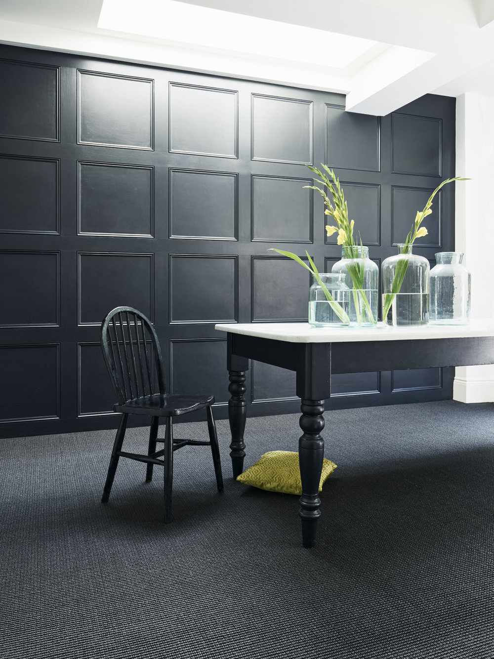 Sisal Big Boucle in Noir looks dramatic and modern with dark walls.