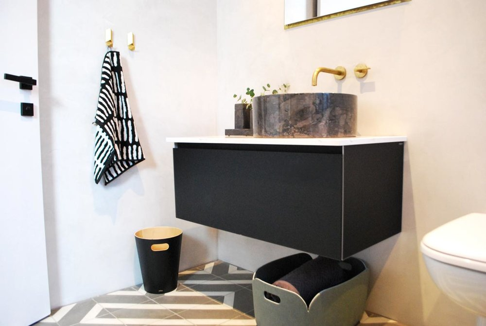 TashSouth grey, black and brass bathroom reveal