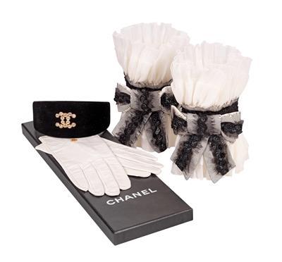 Chanel---1-Paar-Lederhandschuhe,-1-Haarreif,-1Paar-Armstulpen,.jpg