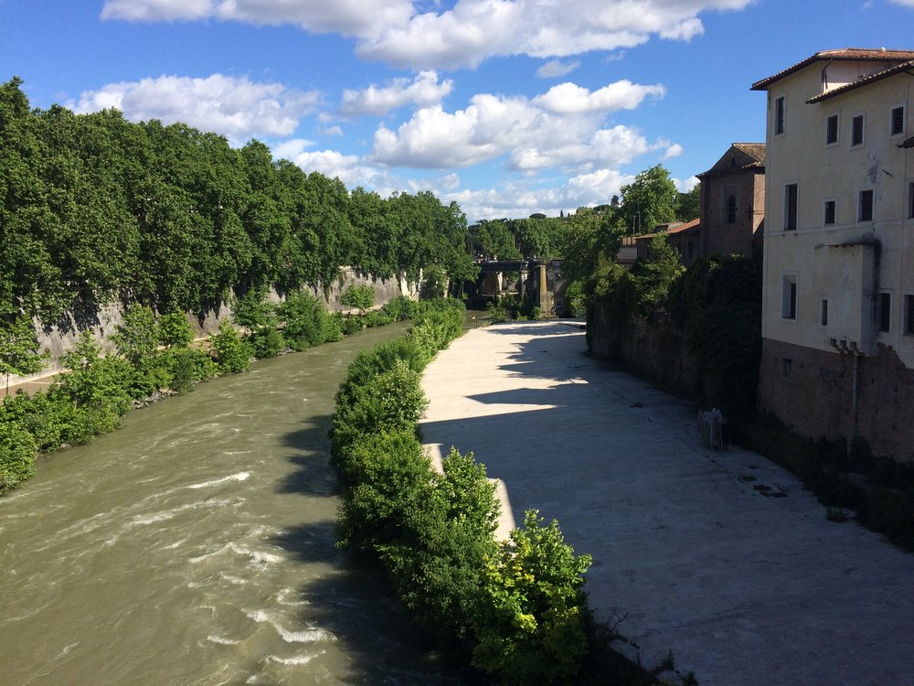 Il Biondo Tevere (the Tiber River) with the Isola Tiberina to the right   | ©DivoraRoma.com by ©MoscaStudio.com