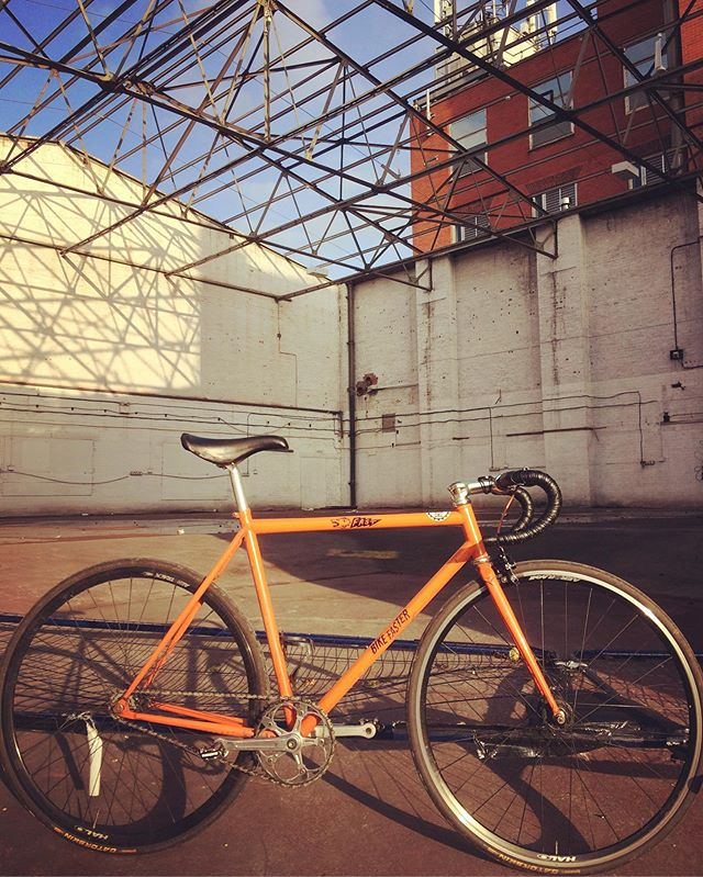 Riding past this spot and had to stop #keepcyclingrad #tbonecycles #hpcrt #singlespeed #cyclinglife #cyclingpics #autumn🍁 #fixie #fixedgear #fixedgearbike #fakenger #bike #bicycle #bikeporn #onegearallyear #genesisbikesuk #manchester #salford #wasteland #derelict #urbanexploration