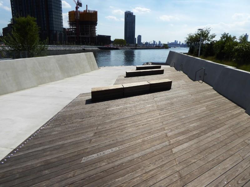 Seatiing adjoining ramp to water edge for kyack launching