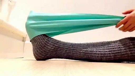 Ejercicio elástico alrededor del pie