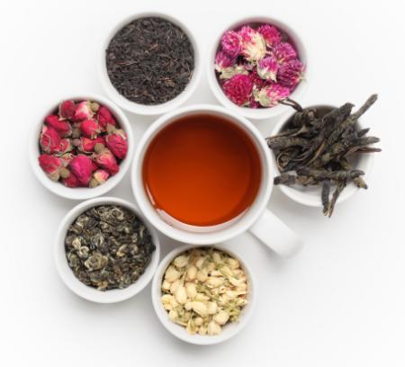 Tee und Blütenknospen