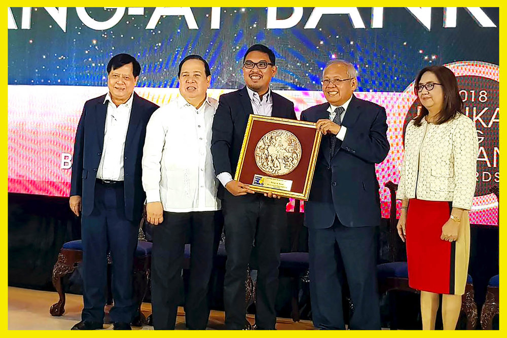 From left to right: SSS Commissioner Gonzalo Duque, Senator Richard Gordon, Rang-ay Bank Vice President for Operations Ives Jesus Nisce II, SSS President and CEO Emmanuel Dooc, and SSS Chair Aurora Cruz Ignacio.