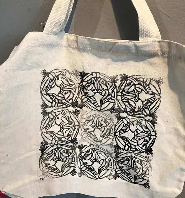 Hand carved stamp of 2 winged spring birds - on canvas tote bag. Printing demo by Alisha #iloveart #printmaking #stamps #diy #artschool #demandmoreart #artcamp #springbreak #birds #totebag #blockcutting #speedball #speedballink @speedball_art