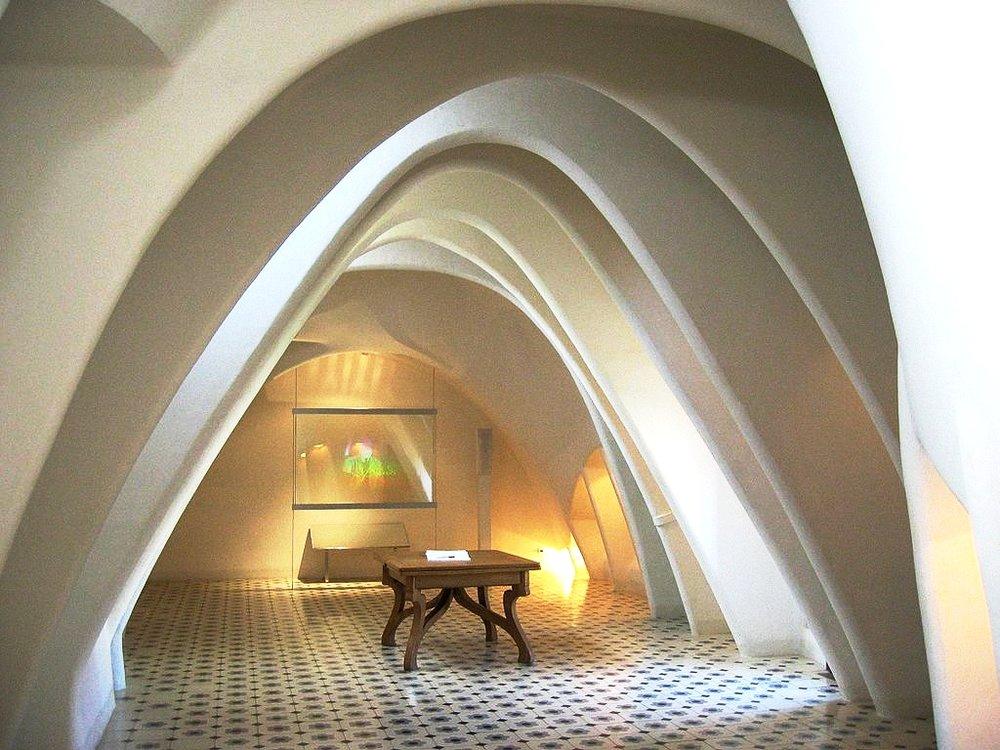 1024px-Barcelona,_Casa_Batlló,_innen,_Dachboden.jpg