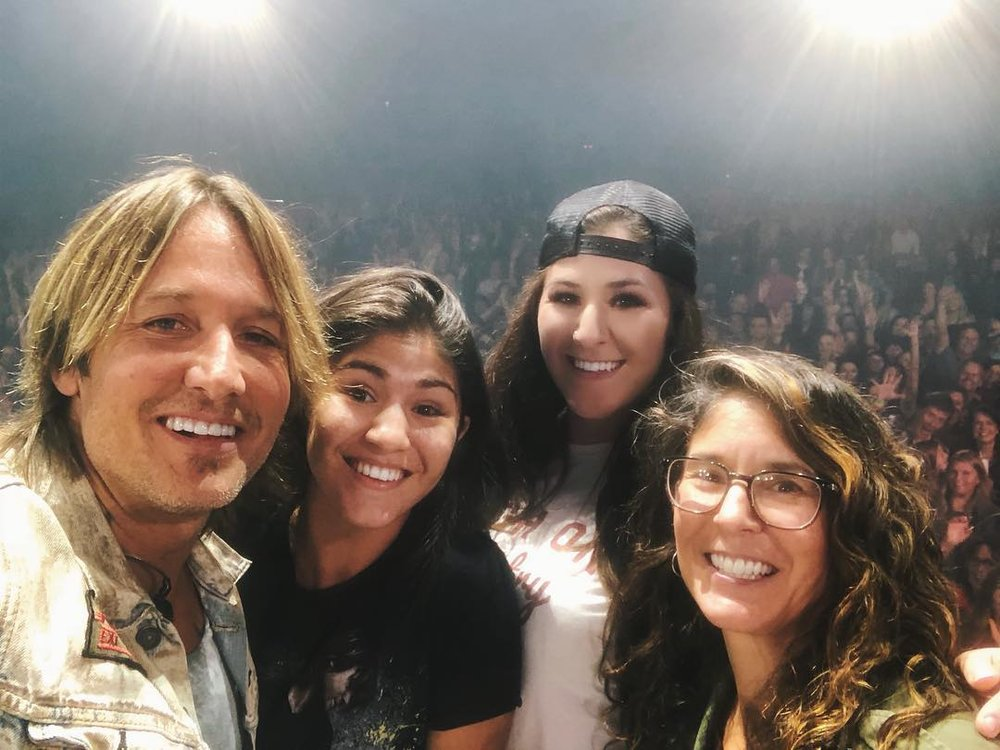 'Trade my sister' sign offers Okotoks artist opportunity to share stage with Keith Urban