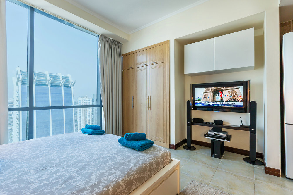 Comfortable king size bed with majestic lake and city view up from the 40th floor.