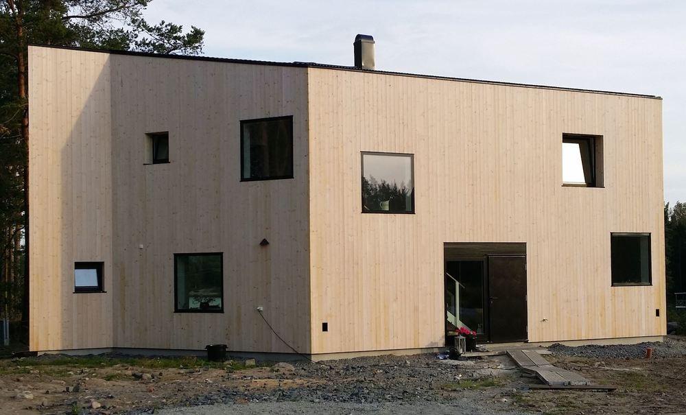 Nybyggt hus med OrganoWood-modifierat panelvirke innan det börjat gråna. Foto: Organowood.com