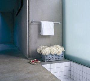 Det är också möjligt att ha betonggolv och väggar i badrum utan att förlora varken garantier eller försäkringsskydd.