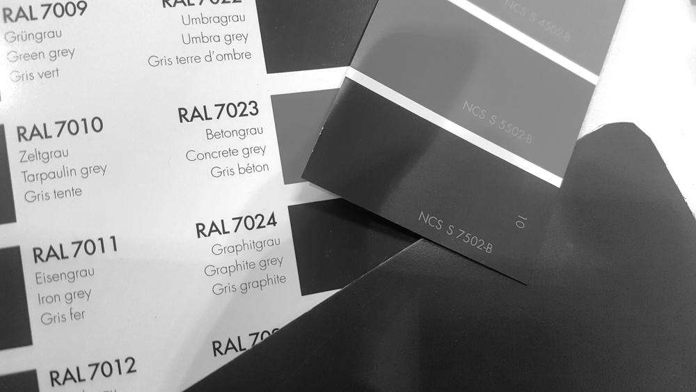 Många olika färgkoder. Vårt tak t ex har tillverkarens nr 087, vars närmsta värden är GrafitgråRAL 7024 eller NCS S 7502-B.