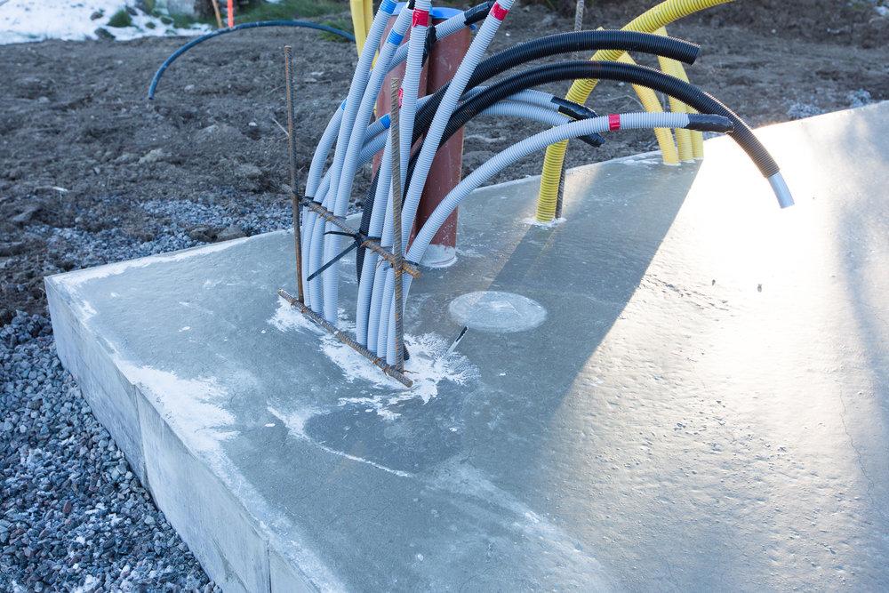 Här kommer vatten, bergvärme, el och fiber upp ur plattan.