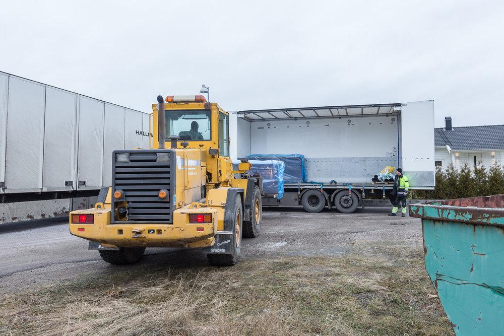 De smidiga väggblocken på120x245 cm kommer lastade på pallar.