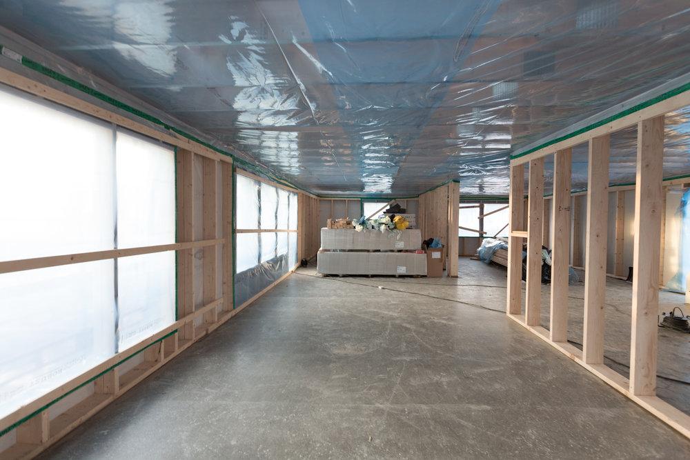 Öppna ytor. 14 x 4,5 meter med vardagsrum, matplats och kök.