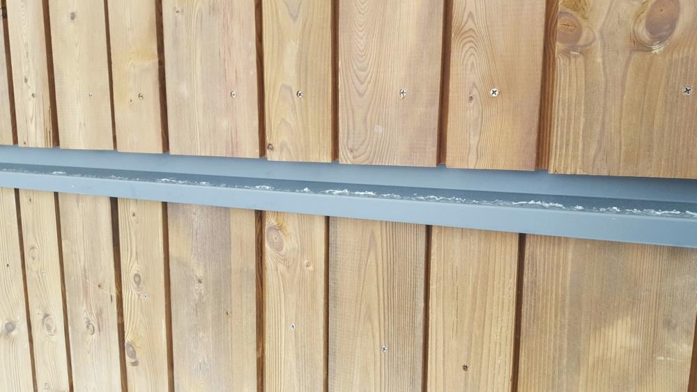 Midjebläcket i grafitgrått (RAL 7024). Samma färg som tak, fönster dörrar etc. Färgen matchar inte panelen nåt vidare, men om några år när Kebony-panelen grånat kommer det bli perfekt.