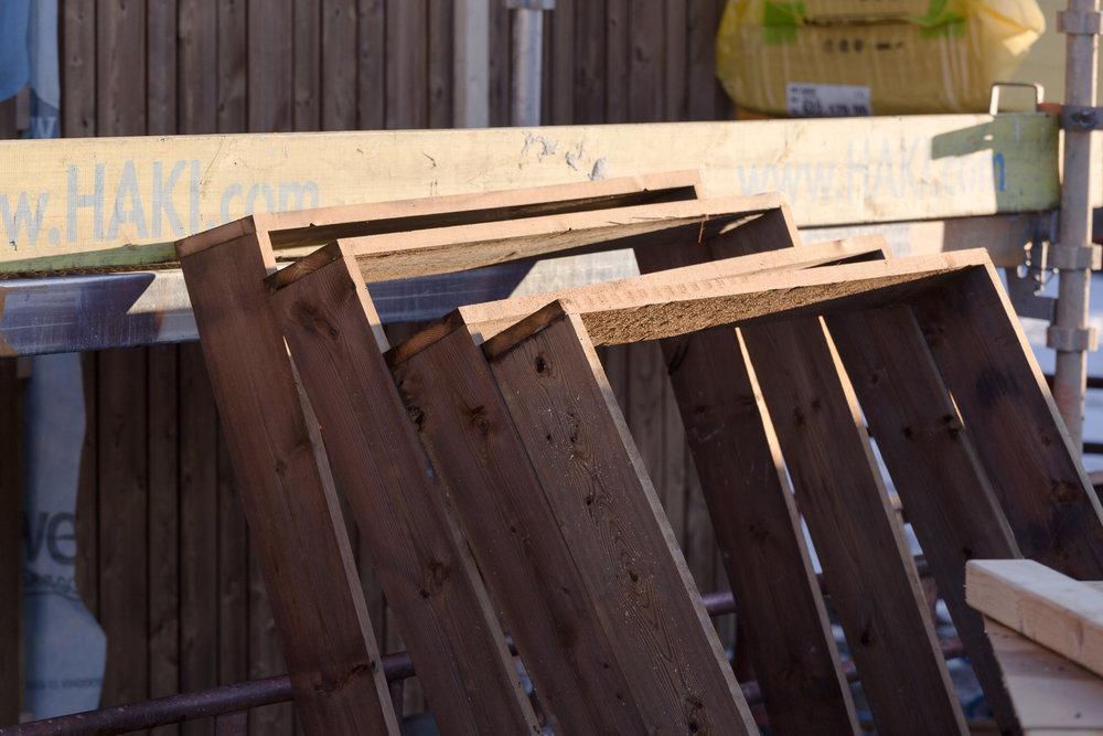 Utvändiga fönstersmygar i väntan på montering.