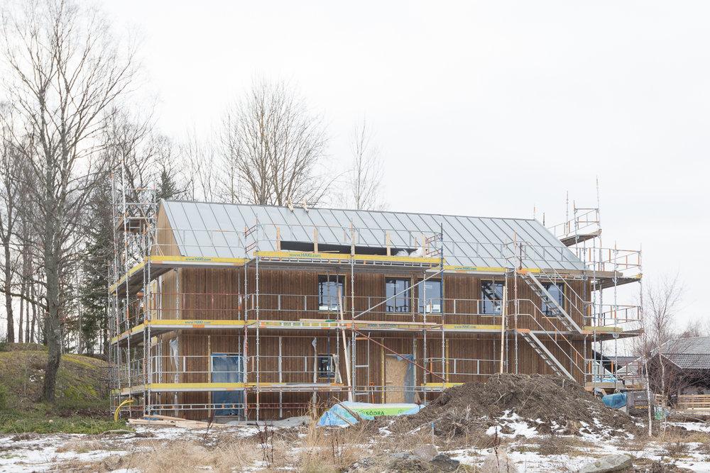 Vy från granntomten där bygget av sista huset i området snart ska påbörjas.